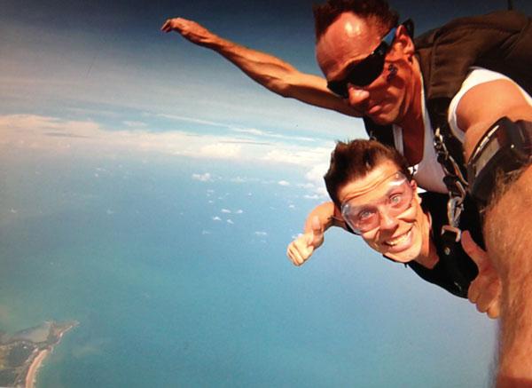 Loslassen lernen und Motivationstricks - Martin mit Fallschirm - es fühlt sich gut an