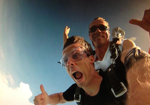Loslassen lernen und Motivationstricks - Martin beim Fallschirmspringen - Daumen hoch
