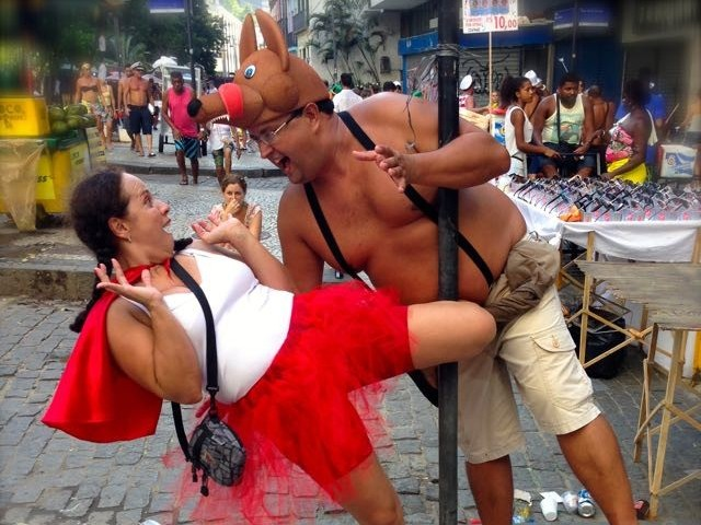 originelles Karnevalskostüm in Rio de Janiero Brasilein – Rotkäppchen und der Böse Wolf