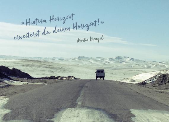 Reisen weitet erweitert den Horizont - Reisen ist die beste Entwicklung der Persoenlichkeit - Flüchtlinge - Fremdenhass - Dr Martin Krengel - Postkarte aus Reisebuch Stoppt die Welt